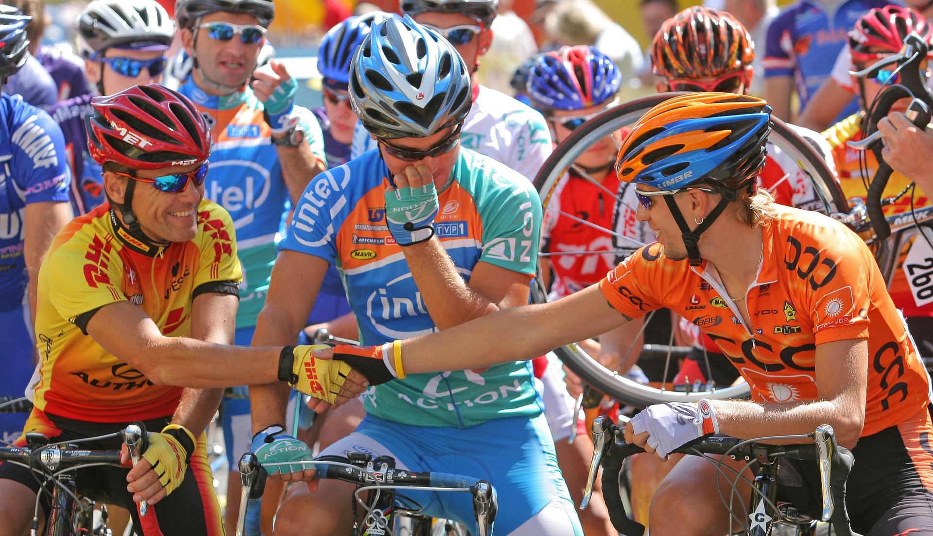 Cyclistes se serrant la main