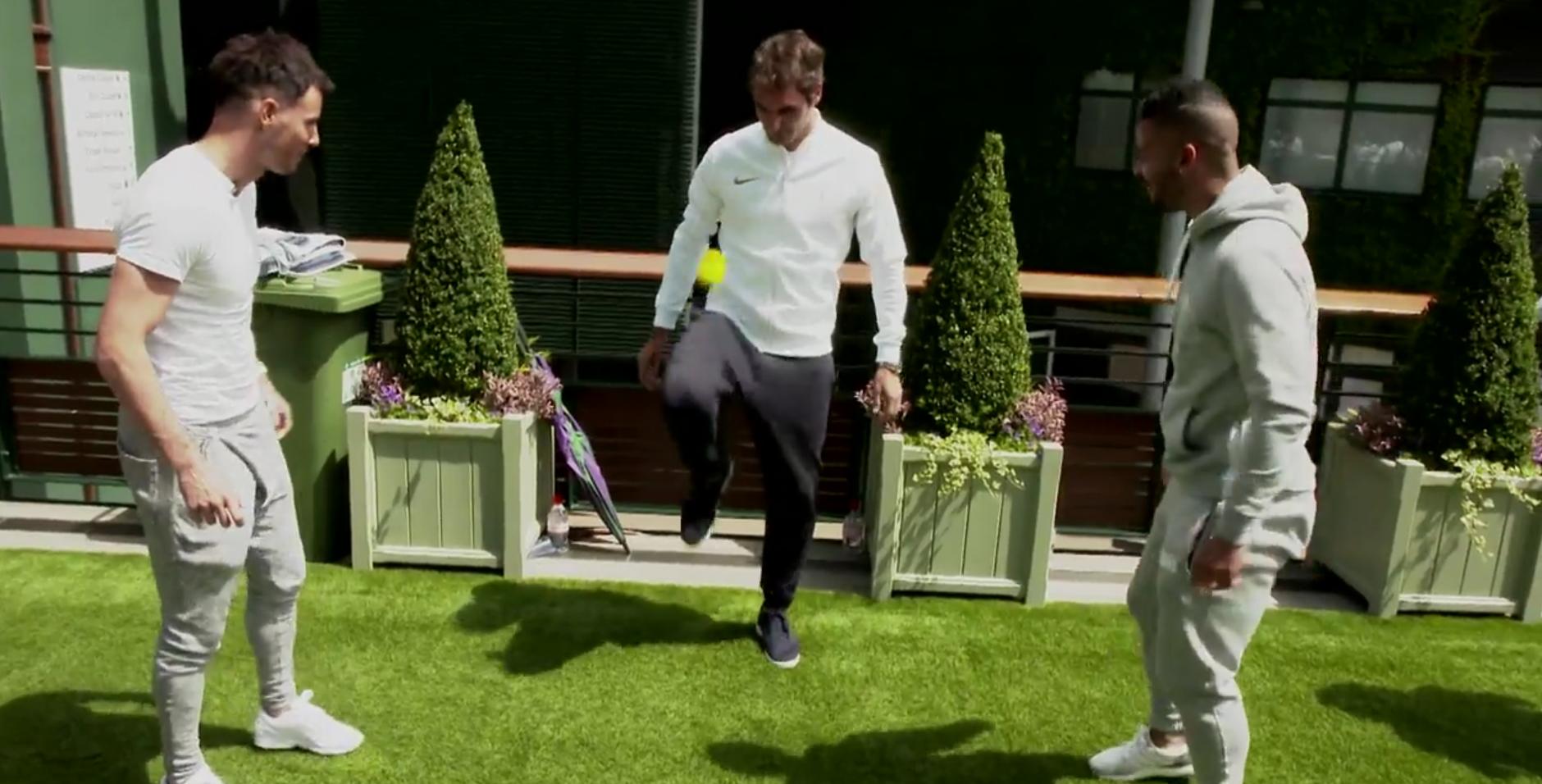 Joueurs jonglant avec une balle de tennis