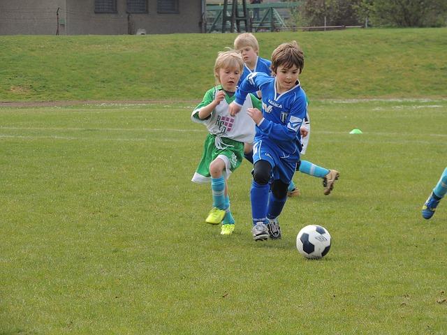 Petits enfants en train de jouer au football