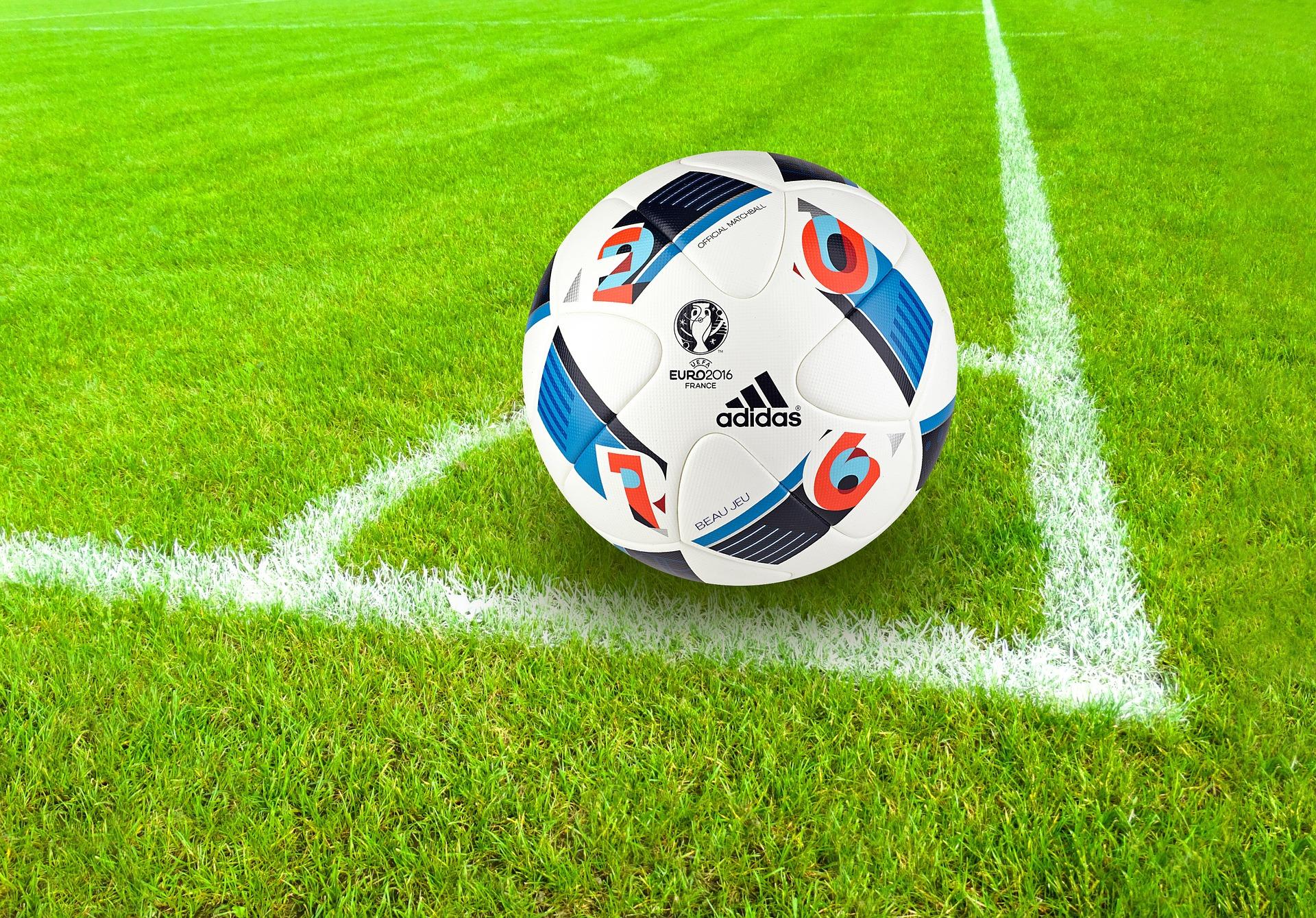 Ballon de l'euro 2016 sur un coin de terrain de football