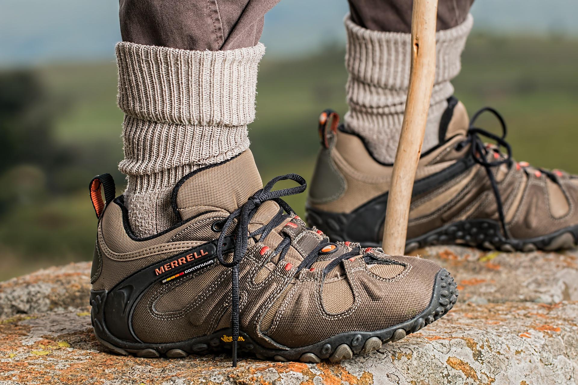 Chaussures et baton de randonnée