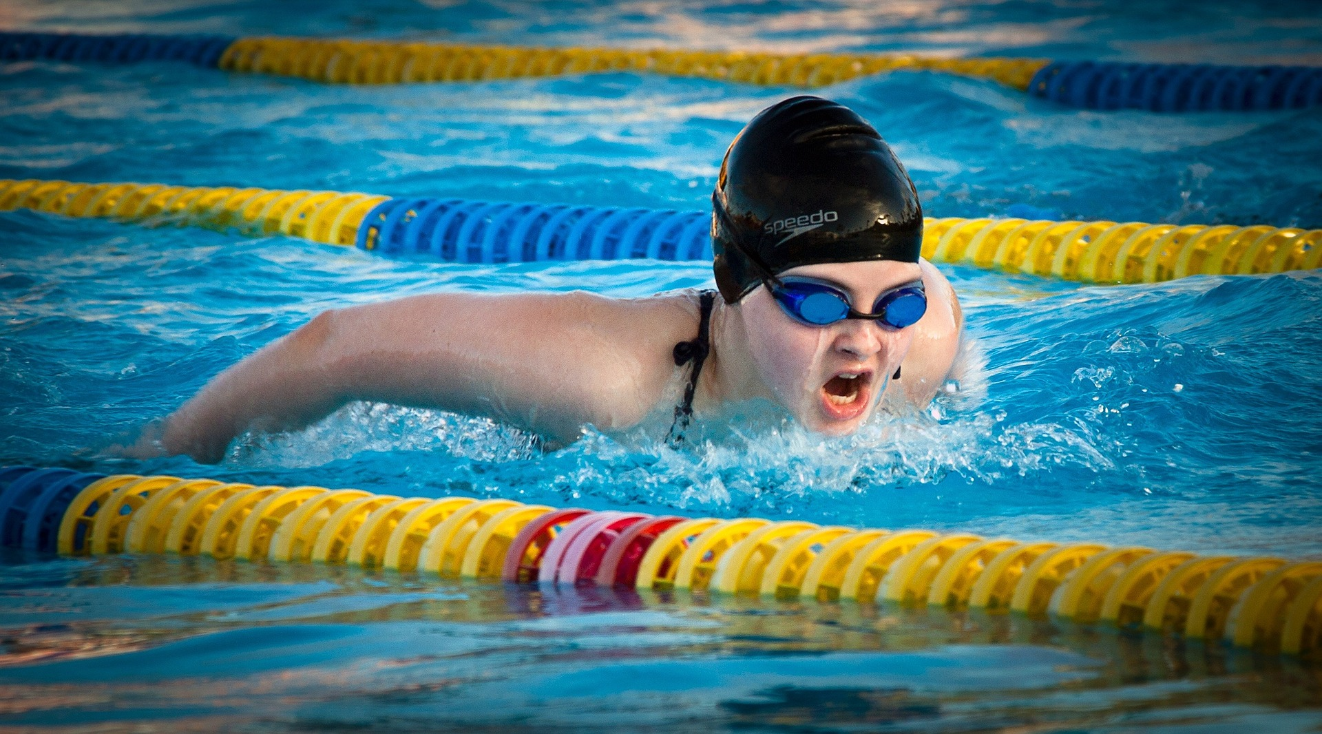 Nageuse dans une piscine