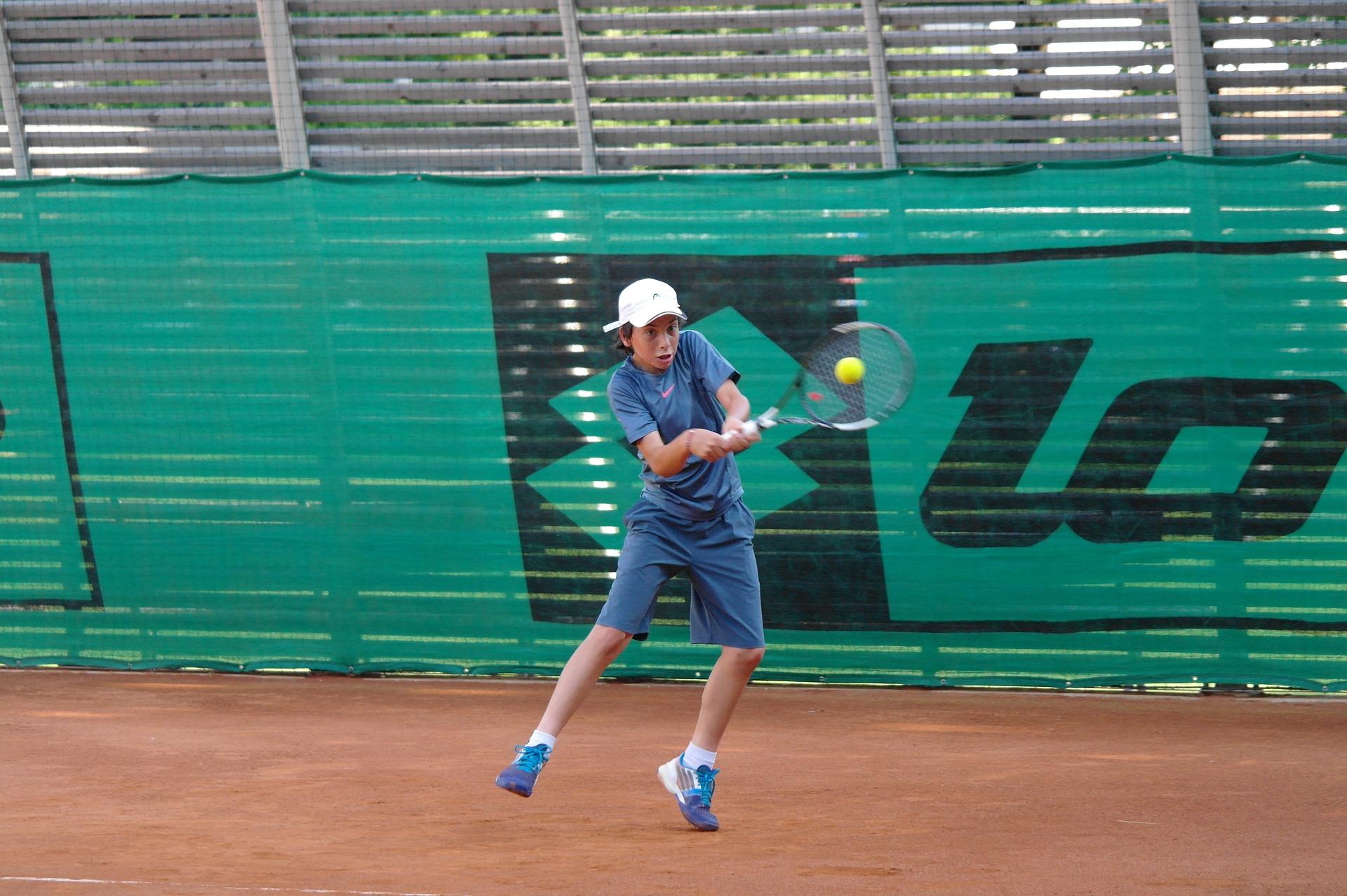 Enfant qui joue au tennis