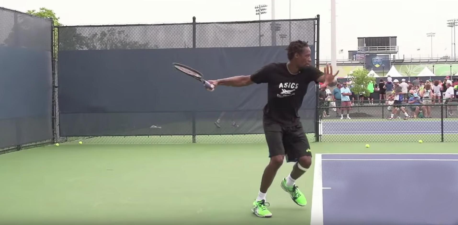 Gael Monfils renvoie la balle de tennis