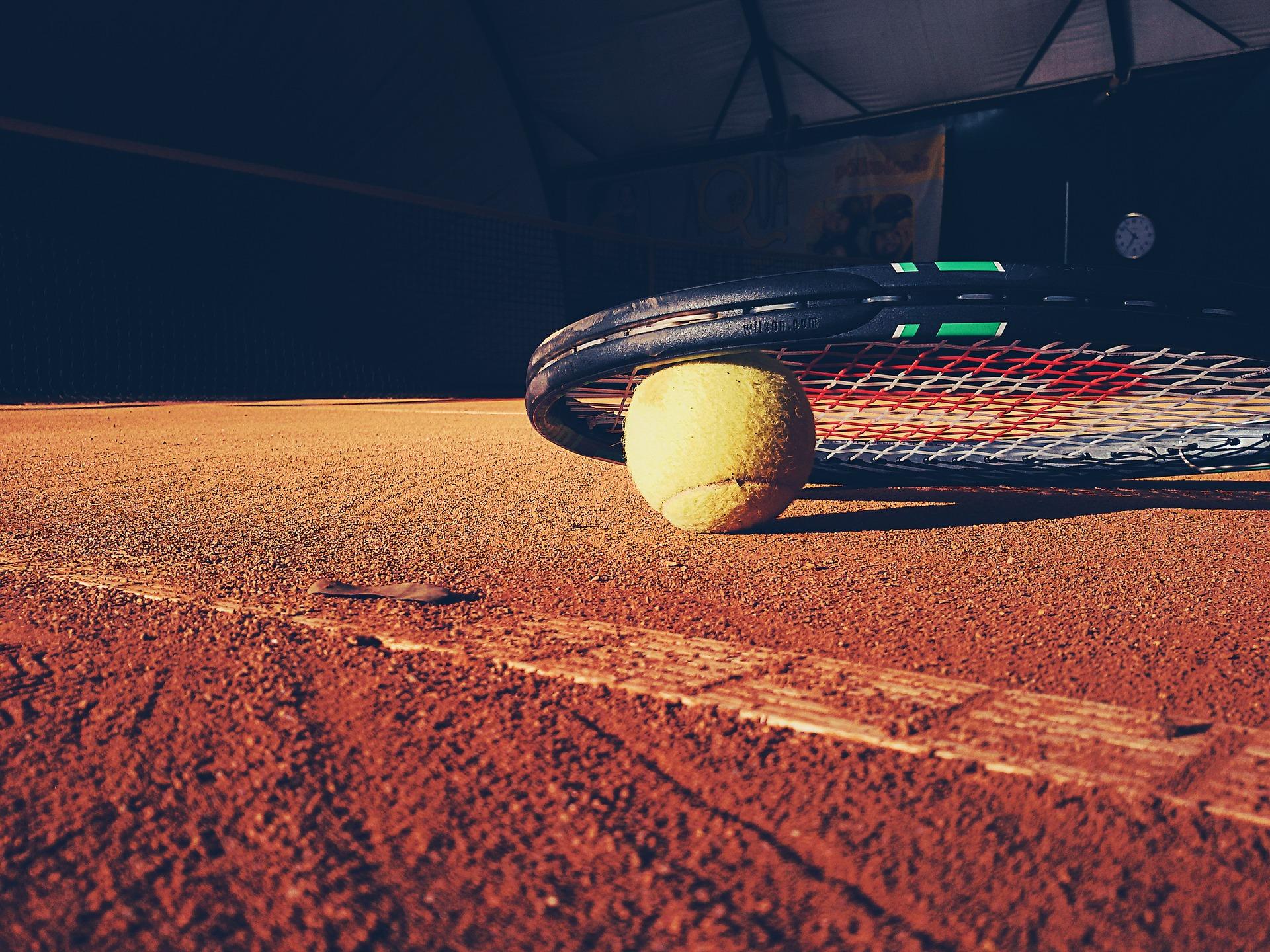 Balle et raquette de tennis